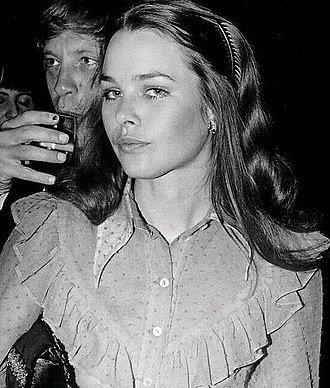 330px-Michelle_Phillips_1971_Golden_Globes.jpg.d8f011a2c1526a4214d62e4a867e7af4.jpg